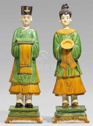Figur eines Mannes und einer Frau. Ming-Zeit (1368-1644)Auf getreppten, quadratischen Sockeln