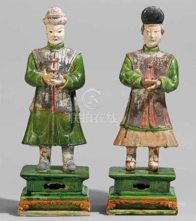 Zwei Figuren stehender Höflinge. Ming-Zeit (1368-1644)Jeweils auf getrepptem, quadratischem Sockel