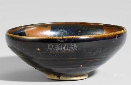 Schale. Cizhou-Typ. 13. Jh.Gewölbte Schale mit geradem und niedrigem Fuß. Heller