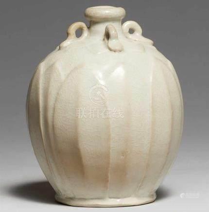 Kleine qingbai-Vase. Song-Zeit (907-1279)Ovales Väschen mit vier Ösenhenkeln auf der Schulter, außen