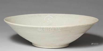 Große qingbai-Schale. Song-Zeit (907-1279)Schale mit weiter konischer Wandung, ganz bedeckt mit