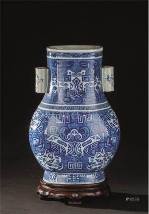 清代(1644-1911) 青花仿青铜器纹双耳瓶