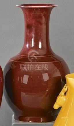 Oval long-stem vase in Chinese porcelain Sangre de Buey 20th
