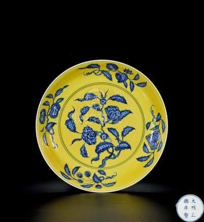 明 黃地青花折枝花卉盤