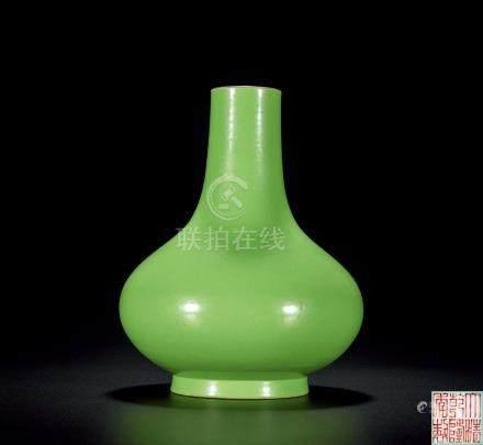 清乾隆 蘋果綠袖孛薺瓶