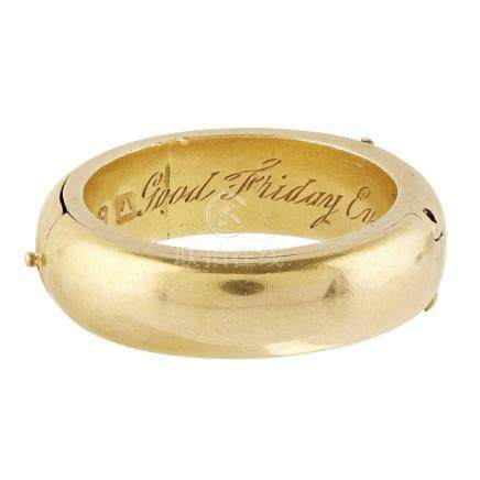 An 18ct Victorian hinged mourning ring modelled as a plain band, with two hinged panels opening to