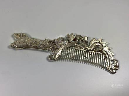 AN UNUSUAL CHINESE WHITE METAL BRUSH / COMB, LENGTH 17.5CM