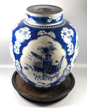 A LARGE CHINESE 19TH CENTURY BLUE AND WHIE PRUNUS OBJECTS PATTERN GINGER JAR ON CARVED ORIENTAL