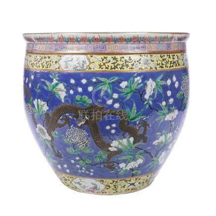 CHINE XIXème siècle Importante vasque à poissons en porcelaine polychrome à déc