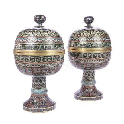 CHINE XIXème siècle Paire de vases bombés couverts en émaux cloisonnés Dou à dé