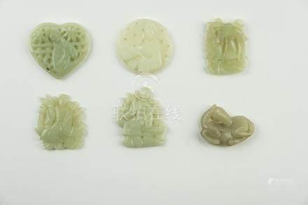 CHINE, vers 1900 Ensemble de six pendentifs en pierre dure comprenant une série