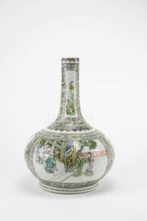 CHINE XIXème siècle Vase en porcelaine de Canton. La panse bombée et un long co