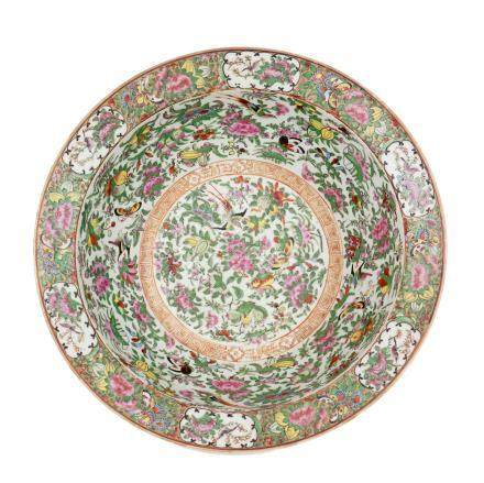 CHINE, Canton XIXème siècle Grand bassin en porcelaine émaillée à décor polychr