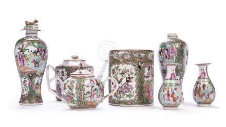 CHINE, Canton XIXème siècle Lot en porcelaine émaillée à décor polychrome de sc