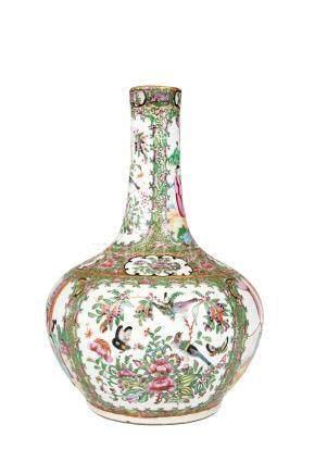 CHINE, Canton XIXème siècle Vase à large panse et long col étranglé en porcelai