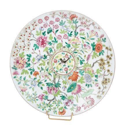 CHINE, Canton XIXème siècle Plat en porcelaine émaillée à décor polychrome figu