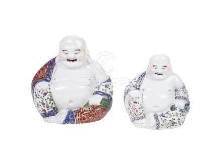 CHINE XXème siècle Deux bouddha souriants en porcelaine à décor d'émaux polychr
