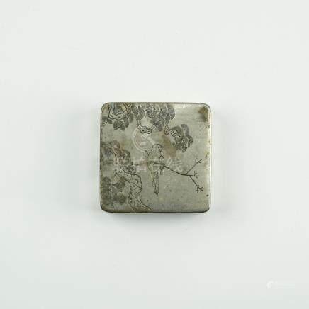 CHINE, XXème siècle. Boîte en métal argenté à décor incisé d'oiseaux et brancha
