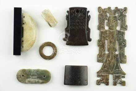 CHINE, époques Archaïques et postérieures.  Sept éléments en jade archaïsant re