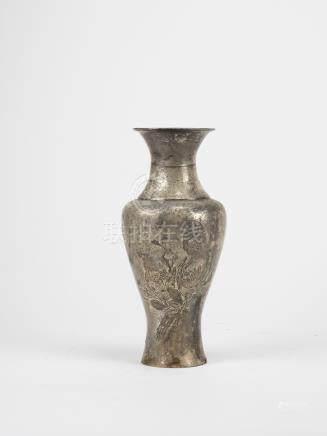 CHINE, XXème siècle. Vase en métal argenté à motif incisé de personnage et oise