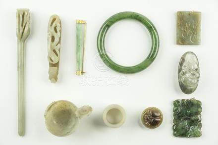 CHINE, période Qing. Ensemble de dix objets en pierre dure comprenant une éping