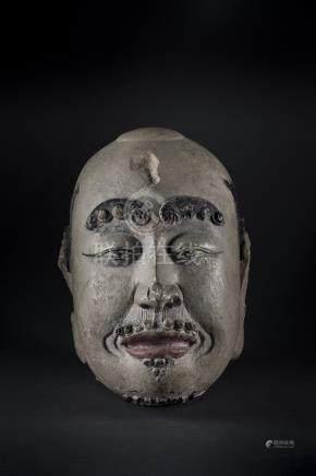 CHINE, période Yuan/Ming. Tête de luohan en pierre sculptée, les sourcils et la