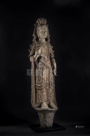 CHINE, dans le style des Qi, dynastie Qing. Grande sculpture de guanyin en pier