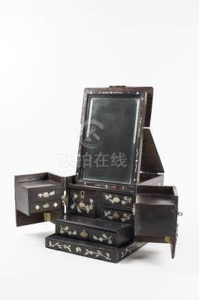 CHINE, XIXème siècle. Coffret à cosmétiques en bois incrusté à décor d'incrusta