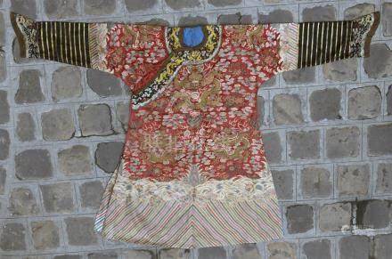 Robe en soie rouge brodéeChine, début du XXe siècleBrodée de dragons à cinq gri