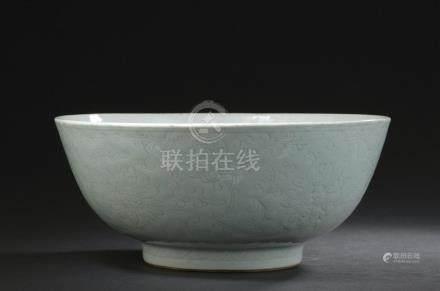 Grande coupe en porcelaine céladon pâleChine, XVIIIe siècleReposant sur un peti