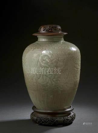 Vase en grès céladon longquanChine, XVIe siècleDe forme ovoïde, la panse à déco