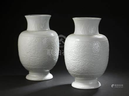 Paire de vases en porcelaine blancheChine, XXe siècleEn forme de lanterne, à dé