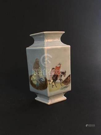 Vase en porcelaine à fond bleu cielChine, XXe siècleDe forme losangée, à décor