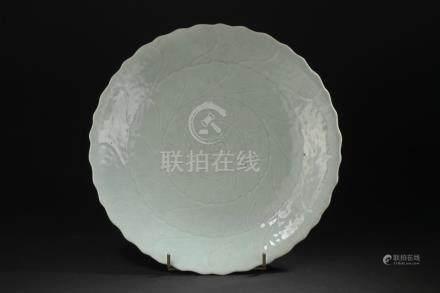 Plat en porcelaine céladonChine, XIXe siècleEn forme d'une grande fleur de lotu
