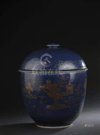 Grand pot couvert en porcelaine bleu poudré et décor orChine, XVIIIe siècleLa