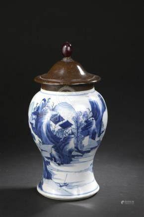 Vase en porcelaine bleu blancChine, époque Kangxi (1662-1722)À l'origine de for