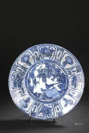Plat en porcelaine bleu blanc, KraakChine, époque Wanli, XVIe siècleDécoré au c
