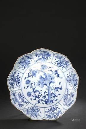 Plat en porcelaine bleu blancChine, époque Kangxi (1662-1722)En forme d'une fle