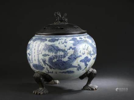 Grande vasque en porcelaine bleu blancChine, XIXe siècleLa panse globulaire, à