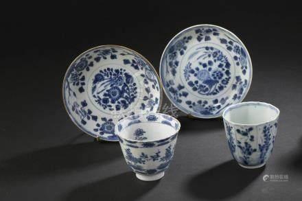 Deux sorbets et paire de coupelles en porcelaine bleu blancChine, époque Kangxi