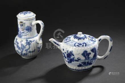 Pot à lait couvert et théière couverte en porcelaine bleu blancChine, époque Ka