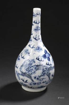 Vase en porcelaine bleu blancVietnam, XIXe sièclePiriforme, surmonté d'un long