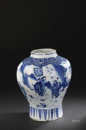 Vase en porcelaine bleu blancChine, XVIIe siècleOctogonal, balustre, à décor de