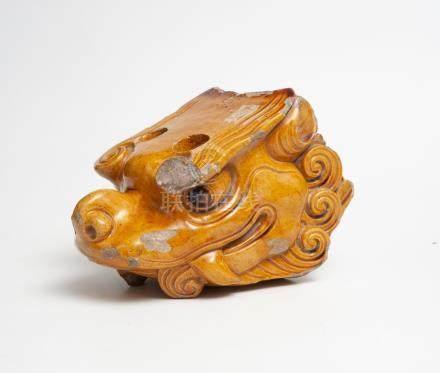"""Tête de dragon en terre cuite émaillé jaune, partie d'inscription """"Huang"""". Chin"""