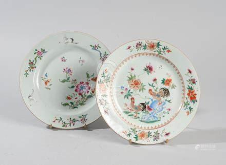 Deux assiettes en porcelaine, famille rose, l'une à décor de coq et pivoine, la