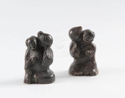 Paire de sujets en terre cuite chinois Yixing représentant deux garçons qui tie