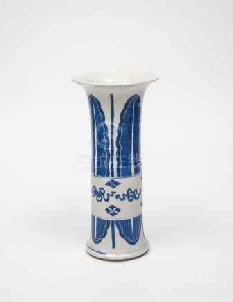 Vase rouleau en porcelaine bleu-blanc, à décor de feuillages bouddhiques. Époqu