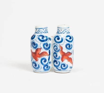 Petite tabatière en porcelaine bleu blanc et rouge à décor de chauve-souris et