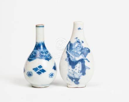 Ensemble de deux tabatière en porcelaine à décor de motifs floraux et de soldat