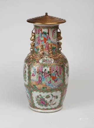 Vase Canton à motifs de dragons et chiens de Fô en relief, et décor de personna